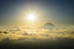 山梨県 雲海と富士山と太陽の写真素材 [FYI04528828]