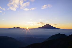 雲海からのご来光と富士山の写真素材 [FYI04528830]