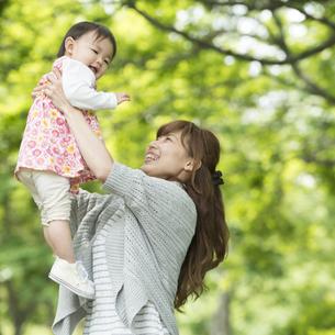 娘を抱っこする母親の写真素材 [FYI04528904]
