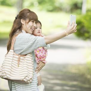 自撮りをする親子の写真素材 [FYI04528905]
