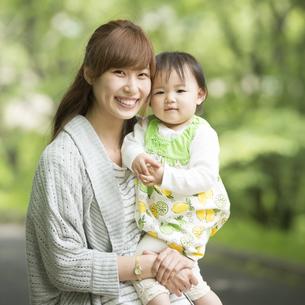 娘を抱っこする母親の写真素材 [FYI04528910]