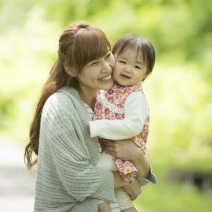 娘を抱っこする母親の写真素材 [FYI04528911]