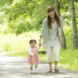 散歩する親子の写真素材 [FYI04528913]