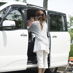 車から娘を下ろす母親の写真素材 [FYI04528917]