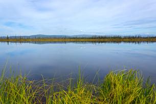 アラスカの湖面に映る夏の空の写真素材 [FYI04529092]