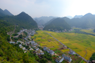 中国旅行・カルスト地形の万峰林の写真素材 [FYI04529102]