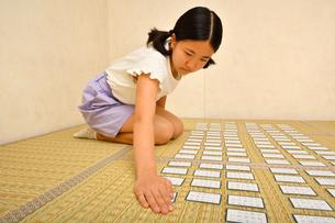 百人一首を楽しむ女の子の写真素材 [FYI04529255]