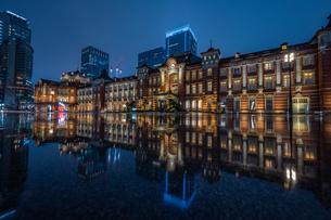 東京駅ライトアップリフレクションの写真素材 [FYI04529257]