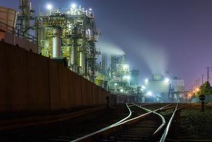 工場夜景(千鳥町貨物ヤード前)の写真素材 [FYI04529369]