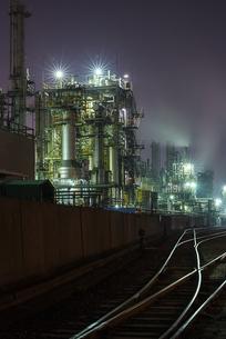 工場夜景(千鳥町貨物ヤード前)の写真素材 [FYI04529371]