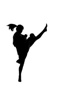 少林寺拳法をする女性のシルエットの写真素材 [FYI04529427]