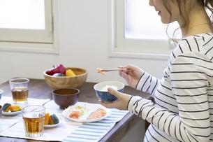 朝食を食べる母娘の写真素材 [FYI04529942]