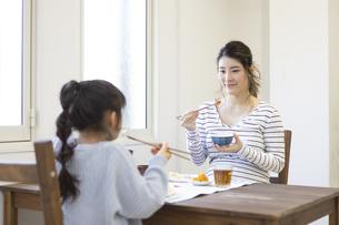 朝食を食べる母娘の写真素材 [FYI04529944]