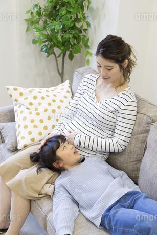 母親の膝枕で寝る女の子の写真素材 [FYI04529977]