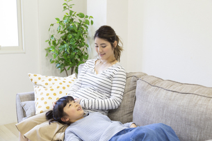 母親の膝枕で寝る女の子の写真素材 [FYI04529979]