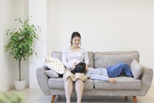母親の膝枕で寝る女の子の写真素材 [FYI04529980]