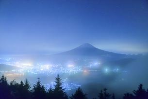 山梨県 新道峠より望む夜の富士山の写真素材 [FYI04530040]
