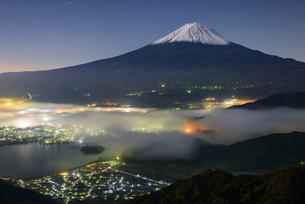 山梨県 新道峠より望む夜の富士山の写真素材 [FYI04530041]