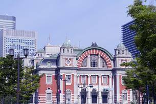 大阪市中央公会堂と新緑の写真素材 [FYI04530224]