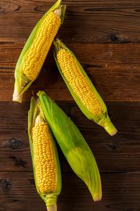 Corn cobs on wood background.の写真素材 [FYI04530582]
