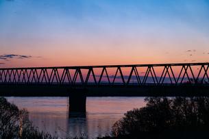 朝焼け鉄橋の写真素材 [FYI04530674]