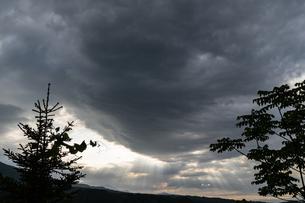 重い雲と天使の梯子の写真素材 [FYI04530711]