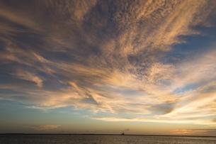 オレンジ色の雲と水平線が見える海の写真素材 [FYI04530727]