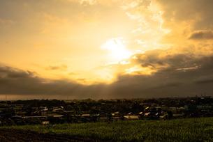 夕焼けの街の写真素材 [FYI04530792]