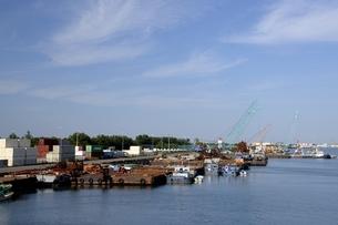 青空の四日市港に貨物船が停泊の写真素材 [FYI04530824]