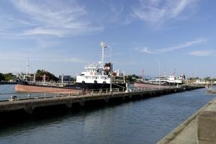 青空の四日市港運河に貨物船が停泊の写真素材 [FYI04530827]