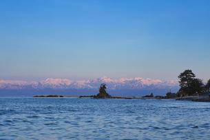 雨晴海岸からの夕陽に染まる立山連峰の写真素材 [FYI04531105]