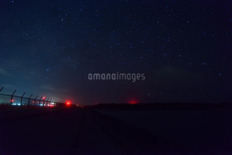 宮古島/下地島空港17Endの星空の写真素材 [FYI04531115]