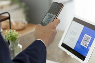 キャッシュレス決済のスマートフォンとQRコードの写真素材 [FYI04531206]