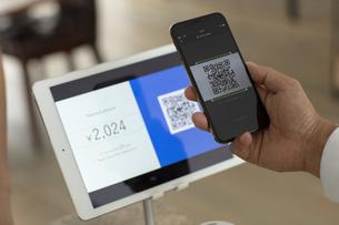 キャッシュレス決済のスマートフォンとQRコードの写真素材 [FYI04531225]
