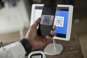 キャッシュレス決済のスマートフォンとQRコードの写真素材 [FYI04531230]