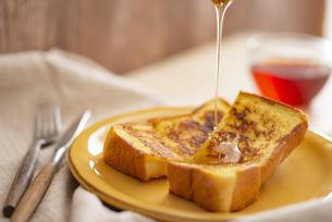 ハチミツをかけるフレンチトーストの写真素材 [FYI04531293]