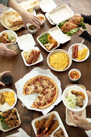 テイクアウトフードの食事の写真素材 [FYI04531331]