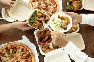 テイクアウトフードの食事の写真素材 [FYI04531334]