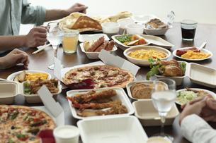 テイクアウトフードの食事の写真素材 [FYI04531335]