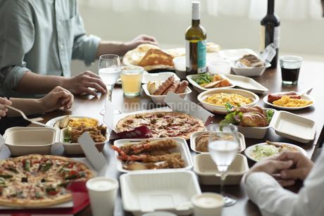 テイクアウトフードの食事の写真素材 [FYI04531336]