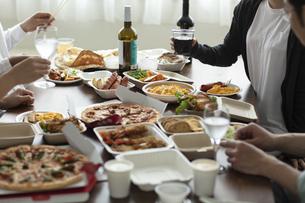 テイクアウトフードの食事の写真素材 [FYI04531341]