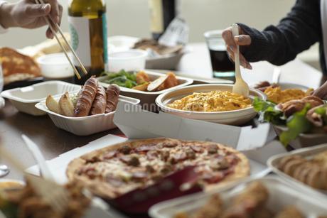 テイクアウトフードの食事の写真素材 [FYI04531342]