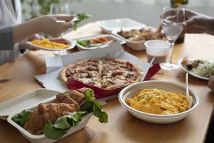 テイクアウトフードの食事の写真素材 [FYI04531348]