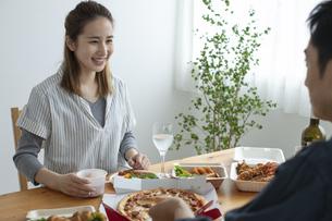 テイクアウトフードで食事をする夫婦の写真素材 [FYI04531350]