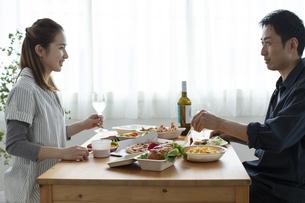 テイクアウトフードで食事をする夫婦の写真素材 [FYI04531351]