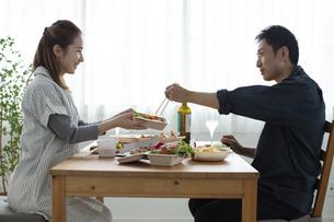テイクアウトフードで食事をする夫婦の写真素材 [FYI04531352]