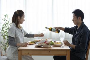テイクアウトフードで食事をする夫婦の写真素材 [FYI04531353]