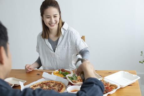 テイクアウトフードで食事をする夫婦の写真素材 [FYI04531354]