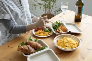 テイクアウトフードの食事の写真素材 [FYI04531355]