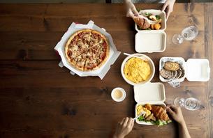 テイクアウトフードの食事の写真素材 [FYI04531360]